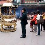 台湾で最も古いお寺「龍山寺」は縁結びの神様で大人気